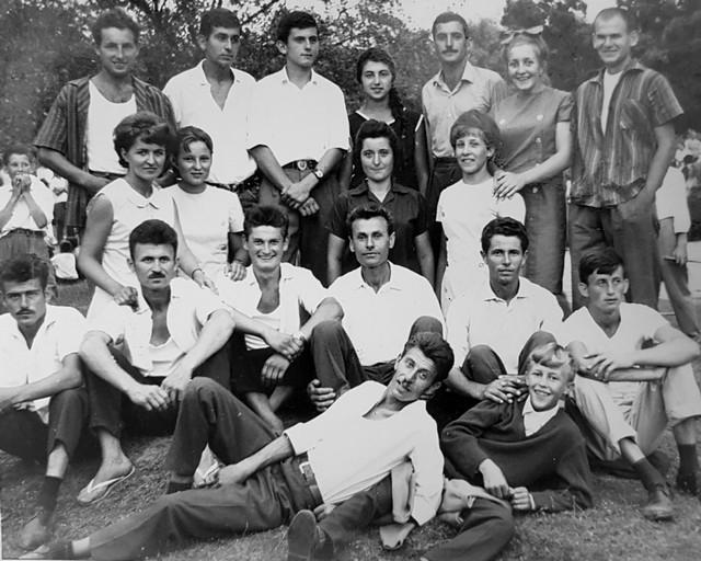 Девојке и младићи из Мораваца на вашару у Јајчићу 1964. године